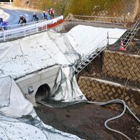 ロードバイクで開通した国道413号を訪れ、崩落箇所を眺める人たち=相模原市緑区で2019年12月26日、滝川大貴撮影