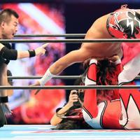 現役最後の試合でロメロ・スペシャルを決める獣神サンダー・ライガー。上は高橋ヒロム=東京ドームで2020年1月5日、山本晋撮影