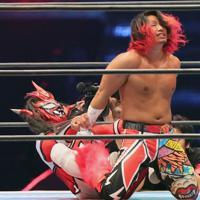 現役最後の試合で高橋ヒロム(右)にロメロ・スペシャルを決めようとする獣神サンダー・ライガー=東京ドームで2020年1月5日、山本晋撮影