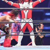 現役最後の試合中、ポーズを決める獣神サンダー・ライガー=東京ドームで2020年1月5日、山本晋撮影