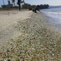 キラキラと輝くガラスの砂浜=長崎県大村市森園町の大村湾で、足立旬子撮影