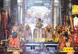 峨崙廟の本殿に安置された神々の像。毎日、多くの住民が参拝に訪れ、本殿には線香の煙がたなびいている=台湾北部・苗栗県卓蘭地区で2020年1月1日、福岡静哉撮影
