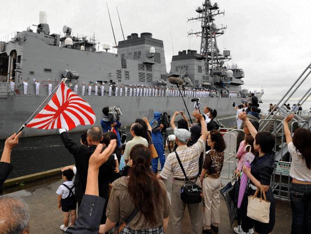 家族らの見送りを受け、ソマリア沖海賊対処に出発する海上自衛隊の護衛艦「はるさめ」=神奈川県横須賀市で2009年7月6日、小林努撮影