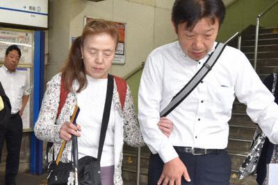 京成立石駅を視察する武井悦子さん(右から2人目)=東京都葛飾区で