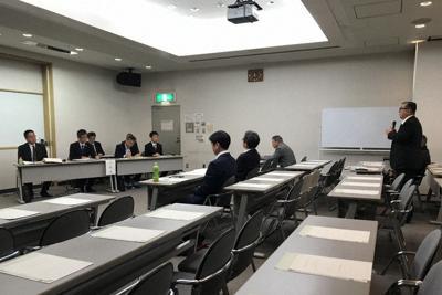 空席が目立った県民向けの説明会だったが、熱のこもった質問や意見が相次いだ=甲府市で24日