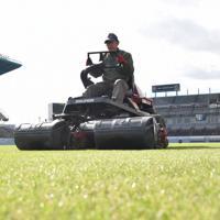 トラクターで芝を刈り込む藤田さん
