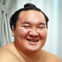 九州場所の優勝額の撮影の際にインタビューに応じる白鵬=松田嘉徳撮影