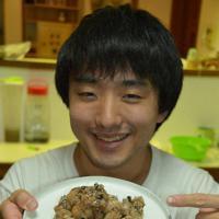 コオロギをまぶした唐揚げを手にする篠原祐太さん。「虫の食材としての魅力を広めたい」=江東区で