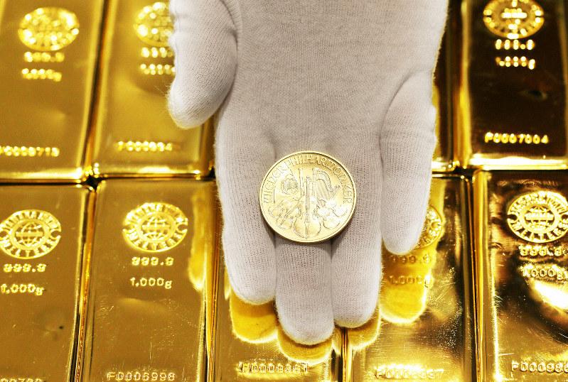 金貨と金の延べ棒=大阪市中央区で、小出洋平撮影