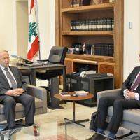 会見に臨むレバノンのアウン大統領(左)と大久保武駐レバノン大使=レバノン大統領府で2020年1月7日午後2時ごろ、久野華代撮影