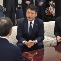 新年のあいさつで内堀雅雄知事(左)に「地域の信頼が得られるよう、先頭に立って取り組む」と述べる小早川智明・東京電力ホールディングス社長(中央)=福島県庁で