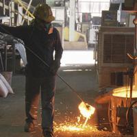 およそ半分に軽量化した鍋を作る埼玉県川口市の鋳物工場のロケ現場=NHK提供