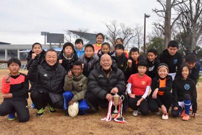 「宮地杯」のタグラグビー大会に出場した小学生と宮地克実さん(前列中央)、塚田朗さん(同左から2人目)=熊谷ラグビー場で