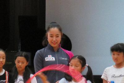 母校で児童たちにリボンを教える鈴木歩佳選手(左)=岐阜県安八町立名森小学校で