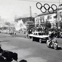 多くの市民の声援を受けながら、当時の岐阜市役所前を駆け抜ける聖火=岐阜市で1964年10月2日(岐阜市役所提供)