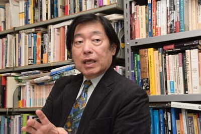 各作品の解説には絵や写真が添えられており「視覚的にも楽しめる」と話す巽孝之教授=東京都港区の慶応大学で、木村滋撮影