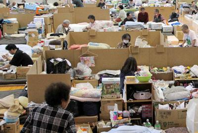 震災から2カ月後の宮城県気仙沼市の避難所。避難生活が長引くと、不眠など精神面のダメージも大きくなる=手塚耕一郎撮影