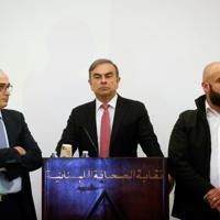 記者会見に臨むカルロス・ゴーン被告(中央)=ベイルートで2020年1月8日、ロイター
