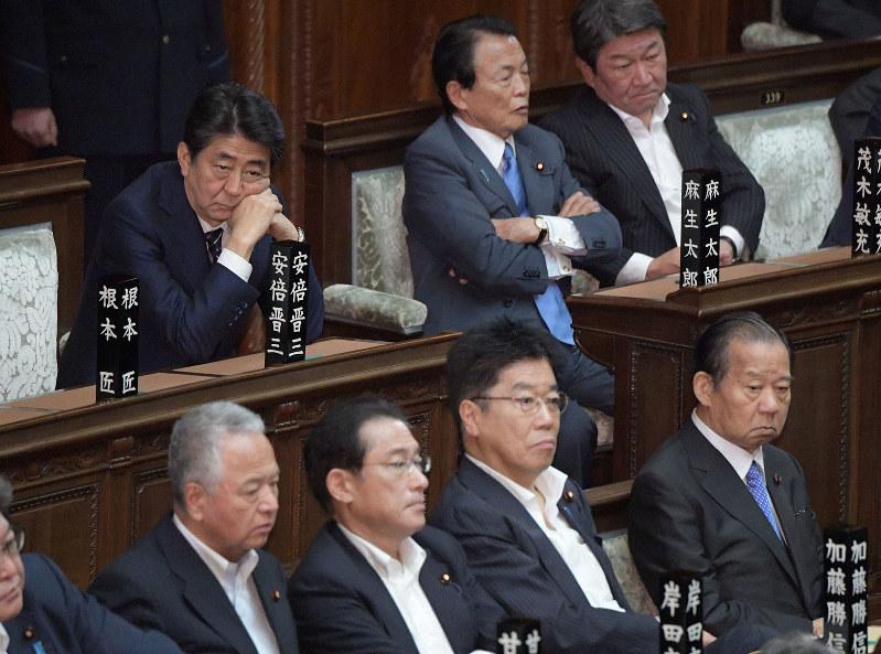 安倍晋三首相(後列左端)が名前を挙げた茂木敏充氏(同右端)、加藤勝信氏(前列右から2人目)、岸田文雄氏(同列右から3人目)。菅義偉氏も含めた4人とも「地味」だが……(国会内で2019年6月21日)
