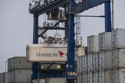 製品の安全性基準などで貿易交渉は難航しそう(英フェリクストウの港)(Bloomberg)