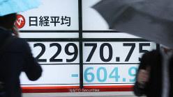 日経平均株価が下落し、600円以上の大幅な値下がりを示す株価ボード=東京都中央区で2020年1月8日、吉田航太撮影