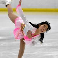 練習で華麗な演技を披露する伊藤友里選手=札幌市手稲区の星置スケート場で2019年12月18日、竹内幹撮影
