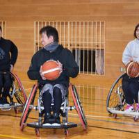 チームの仲間と共にバスケを楽しむ松永さん(中央)=新潟県南魚沼市大杉新田の市立おおまき小学校で