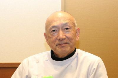 父仁三さんが執筆した「韋駄天親子三代記」を手に思い出を語る、鶴沢正仁さん=北名古屋市で