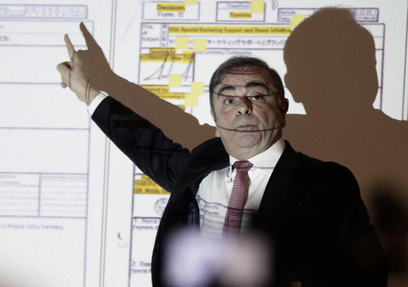記者会見に臨むカルロス・ゴーン日産自動車前会長=ベイルートで2020年1月8日、AP
