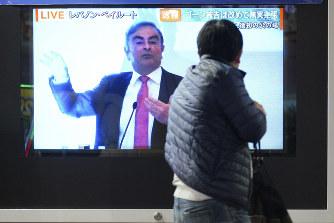 カルロス・ゴーン日産自動車前会長の記者会見の模様を伝えるライブ映像=東京都内で2020年1月8日、AP