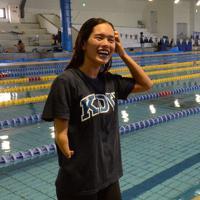 報道陣の取材に笑顔を見せるパラ水泳の一ノ瀬メイ=東大阪市の近大で、長宗拓弥撮影