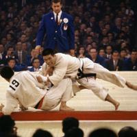 東京五輪の柔道で攻める岡野功さん。二十歳で金メダリストとなった=東京都千代田区の日本武道館で1964年