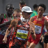 世界陸上選手権でコースを周回する山西利和選手(手前)=カタール・ドーハで昨年10月、久保玲撮影