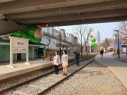 ソウル市が、電車の廃線跡を散歩道へと造り替えた「京義線ブックストリート」=2019年12月22日、坂口裕彦撮影