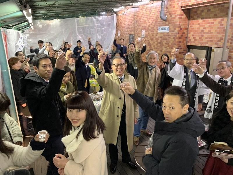 東京都千代田区のオフィス街で、佐賀市の産品をさかなに約50人が盛り上がった「ちよだいちば」のちょい飲みイベント=2019年12月13日、ちよだいちば提供