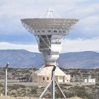 中国が運用する宇宙探査研究センターの巨大アンテナ=アルゼンチン中部ラスラハス郊外で2019年10月、山本太一撮影