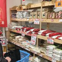 スーパーの袋詰め精米売り場には多様な商品が並ぶが、元の等級は表示されていない=東京都台東区で