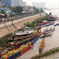 レース前の準備を行う全土からプノンペンに集ったボートチーム=カンボジアで2019年11月、フォトジャーナリストの高橋智史さん撮影