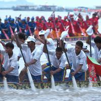 レース最終日、観客にアピールするように全力でオールを振り下ろす競技者たち=カンボジアで2019年11月、フォトジャーナリストの高橋智史さん撮影