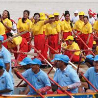 女性で構成されたボートチーム(奥)。水祭りには、毎年200人以上の女性もレースに参加をしている=カンボジアで2019年11月、フォトジャーナリストの高橋智史さん撮影