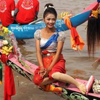 女性チームのボートの先端には、天女にふんした女性が乗り込み観客にアピールする=カンボジアで2019年11月、フォトジャーナリストの高橋智史さん撮影