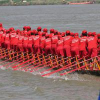 レースに向かうボートチーム=カンボジアで2019年11月、フォトジャーナリストの高橋智史さん撮影