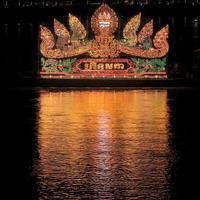 蛇神ナーガを模した電飾船が夜のトンレサップ川を彩る。水祭りの期間中、ナーガやアンコールワットなど、カンボジアの人々にとって大切な存在が電飾船として水上パレードを行う=カンボジアで2019年11月、フォトジャーナリストの高橋智史さん撮影