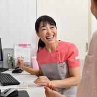 自身が院長を務めるクリニックで患者と笑顔で対話する尹玲花さん=東京都中央区で2019年12月19日、大西岳彦撮影