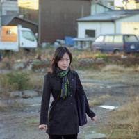 自宅前の更地を通ってセンター試験に向かう尹玲花さん。「緊張でおなかが痛かったけど、自分の将来を切り開いていくような気持ちでした」=神戸市長田区で1998年1月17日、近藤卓資撮影