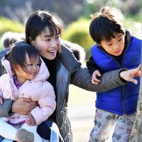 休日を長男の羚央君(右)、長女の琉花ちゃん(左)と過ごす尹玲花さん=東京都港区で2019年12月29日、大西岳彦撮影