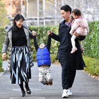 (右から)長女の琉花ちゃん、夫の横田輝夫さん、長男の羚央君と休日を過ごす尹玲花さん=東京都港区で2019年12月29日、大西岳彦撮影