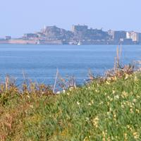 沖に見える端島(通称・軍艦島)=長崎市の野母崎総合運動公園で2020年1月10日、金澤稔撮影