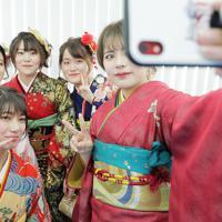 小学5年まで過ごした浪江町で成人式を迎え、記念写真を撮る新成人たち=福島県浪江町で2020年1月11日午後3時58分、和田大典撮影