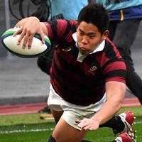 前半、トライを奪う早大の丸尾=東京・国立競技場で2020年1月11日、宮間俊樹撮影